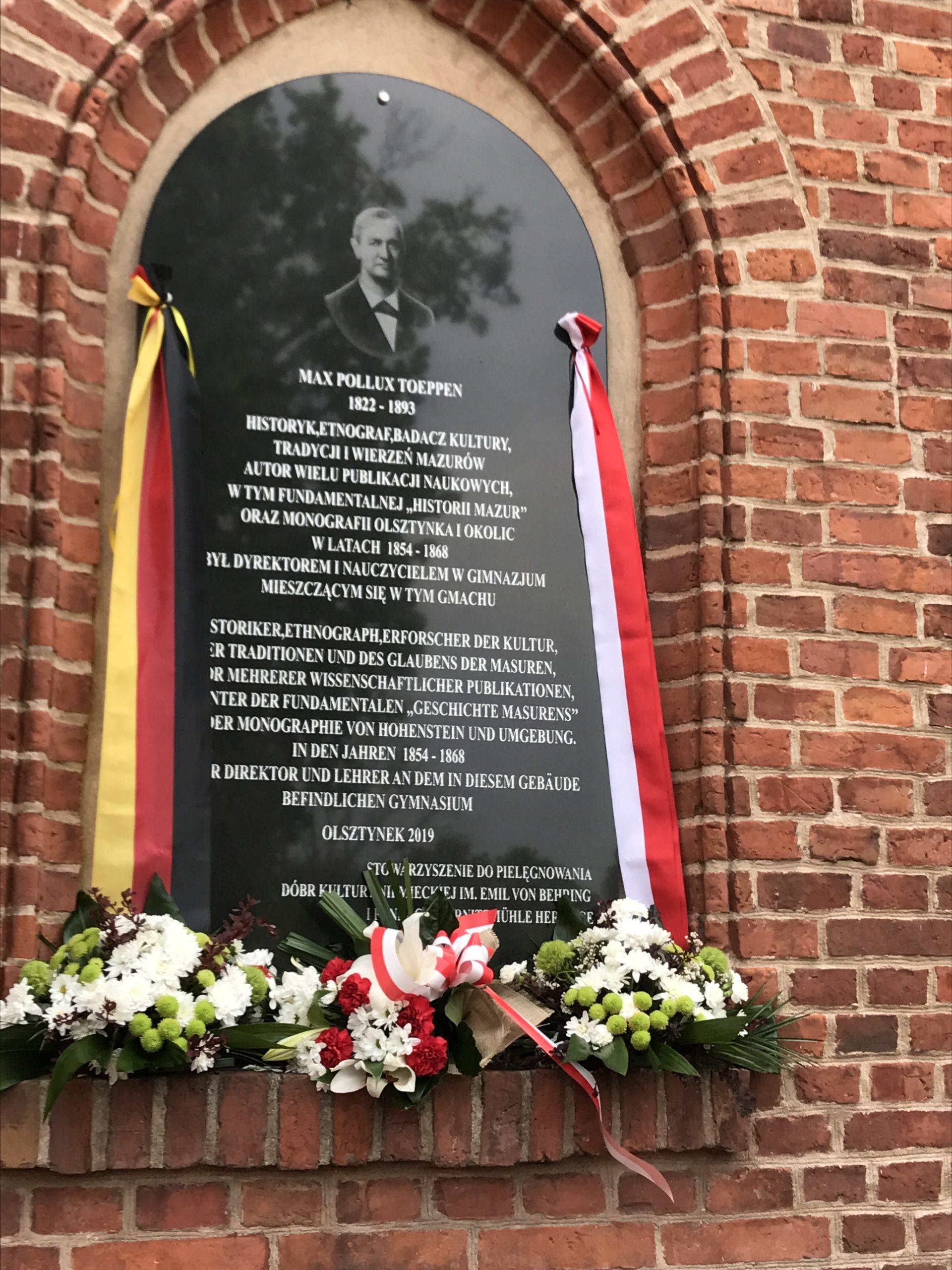 Tablica pamięci Maxa Toeppena wmurowana 10.06.2019 r. w Olsztynku